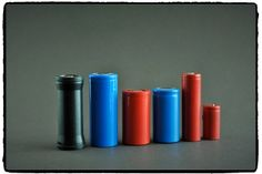 à gauche un tube adaptateur 18650 vers26650, une 26650 4800 mHa, 26500,26500,18650 et18350