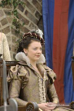 Anne Boleyn (Natalie Dormer) 'The Tudors' Costume design by Joan Bergin. Dinastia Tudor, Tudor Dress, Tudor Style, Costume Renaissance, Renaissance Mode, Renaissance Fashion, Tudor Costumes, Period Costumes, High Fashion