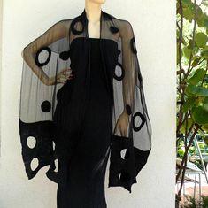 Nuno Gevilte sjaal. Handgemaakt, vilten techniek. Top kwaliteit, 100% natuurlijke materialen: zijde en merino wol. Deze unieke sjaal gemaakt planking, en de uiteinden worden gaten gesneden. Elegante zwarte kleur Grootte: ca. 200 cm x 52 cm Sjaal grootte is ongeveer 79 inches lengte en