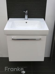 Badezimmer Im Klassischen Schwarz Weiß Look Hier Mit Einem Waschtisch Und  Passsenden Weiß Hochglänzenden Unterschrank Format