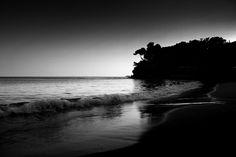 Loin, au bout de la plage . . . . .