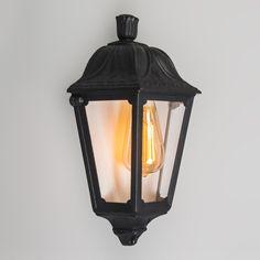 Aplique LESSIE negro - Belleza clásica en un modelo de alta calidad acabado en plástico. Los materiales son de alta calidad y resistentes a la intemperie y a los impactos. La fuente de luz es de casquillo E27 y funciona con varias tipos de luz (halógena, bajo consumo y LED).