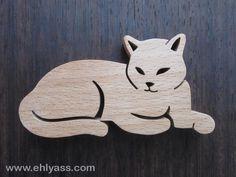 Petite Sculpture en bois de hêtre Chat (découpe en chantournage, puis poncé à la main).  Taille : environ 9cm de longueur par 4,7cm de largeur et 1,2cm d'épaisseur.  Dessi - 16038958