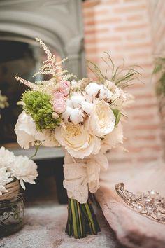 Ramo de rosas y plantas silvestres