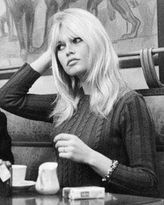 Instagram Brigitte Bardot, Bridget Bardot, Women Smoking, Photo Instagram, Old Women, Fashion Pictures, Vintage Fashion, Vintage Style, Long Hair Styles
