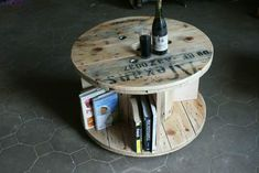 Side Table From Recycled Cable Drum Pallet Desks & Tables Pallet Desk, Diy Pallet Furniture, Pallet Tables, Pallet Boards, Furniture Ideas, Pallet Crafts, Diy Wood Projects, Wood Crafts, Diy Crafts