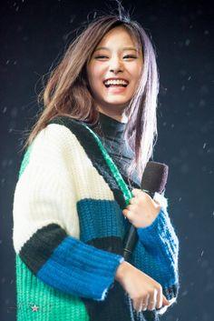 Tzuyu laughing is life💙💛 Nayeon, South Korean Girls, Korean Girl Groups, Twice Tzuyu, Chou Tzu Yu, Double Exposure, Cute Wallpapers, Kpop Girls, Asian Beauty