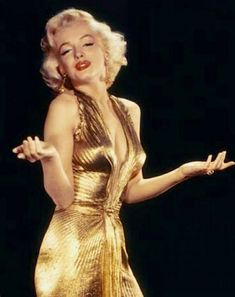 """Marilyn Monroe wearing the legendary gold dress from ""Gentlemen Prefer Blondes."" It only appears for a hot second in the final cut of the movie, but she wore it for publicity photos and to events in Marilyn Monroe Stil, Marilyn Monroe Photos, Marilyn Monroe Diamonds, Marilyn Monroe Costume, Old Hollywood Glam, Hollywood Actresses, Hollywood Divas, Classic Hollywood, Mary Monroe"