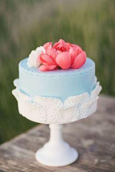 Un gâteau bleu avec des pivoines
