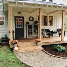 Stunning Farmhouse Front Porch Makeover Ideas – Best Home Decorating Ideas Summer Front Porches, Small Front Porches, Front Porch Design, Diy Front Porch Ideas, Front Porch Addition, Diy Porch, Deck Design, Farmhouse Front Porches, Rustic Farmhouse