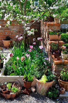 41 Small Flower Garden for Spring - Cottage Garden Landscaping - garden Small Flower Gardens, Small Courtyard Gardens, Small Courtyards, Small Cottage Garden Ideas, Cottage Garden Design, Small Garden Design, Big Garden, Flower Garden Layouts, Garden Borders