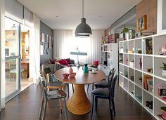 mesa oval de Fernando Jaeger, cadeiras de diferentes estilos da Micasa e é composta da estante de nichos vazados de mesmo tamanho (38cm de largura x 34 cm de altura)