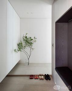 톤온톤 컬러 조합으로 눈이 편안한 집   하우징&데코   매거진   행복이가득한집 Bedroom Minimalist, Minimalist Interior, Minimalist Home, Modern Home Offices, Home Modern, Apartment Entrance, House Entrance, Modern Architecture House, Interior Architecture