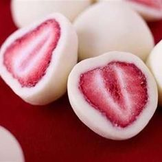Snack: Dip Strawberries in Yogurt & Freeze, and You Get This Amazing Snack frozen yogurt covered strawberries :)frozen yogurt covered strawberries :) Think Food, I Love Food, Delicious Desserts, Dessert Recipes, Yummy Food, Yummy Snacks, Fruit Dessert, Easy Snacks, Kid Snacks