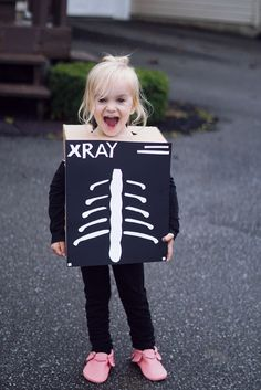 Unique Halloween costume idea, X-ray costume, costume made out of box. Daddy daughter costume ideas for Halloween. Doctor costume.