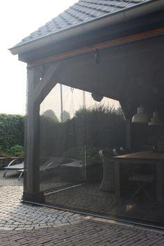 Heerlijk beschut buiten zitten Zou het niet heerlijk zijn om vaker buiten te kunnen zitten? Om ongestoord te genieten van het zonnetje of om 's avonds niet bij de eerste windvlaag naar binnen te hoeven gaan? WEGWIND biedt u die mogelijkheid. Dit lichtdoorlatende, op maat gemaakte windscherm maakt van uw terras een echte buitenkamer, met maximale bescherming tegen wind en de felle zon. En in combinatie met een terrasverwarmer kunt u zelfs nog langer beschut en warm buiten zitten.