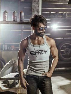 Shahid Kapoor diet was very strict where he used to have only 50 gram brown rice and steamed vegetables in the entire day for 40 days. He also cut off salt and sugar completely for 15 days for his lean body shooting. Bollywood Actors, Bollywood Celebrities, Lean Body Men, Shahid Kapoor, Perfect Beard, Indian Man, Photography Poses For Men, Muscle, Indian Hairstyles