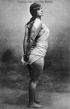 Get in the ring: Vintage images of female bodybuilders and 'strong women' showing off Alluka Zoldyck, Muscular Women, Big Muscles, Vintage Circus, Women In History, Image Hd, Build Muscle, Historical Photos, Vintage Images