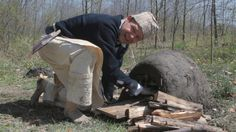 How to make a simple earthen oven.MAKE IT -bigger for a shelter out of the least quantity of inexpensive materials in the shortest amount of time. Go from bare ground to a baked loaf of b. Outdoor Oven, Outdoor Food, Outdoor Cooking, Bushcraft Skills, Bushcraft Camping, Aboriginal Food, Permaculture Design Course, Solar Oven, Bread Oven