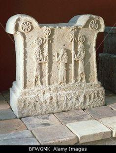 Altar de Tukulti-Ninurta I, con escena de adoración. (Piedra caliza, s. XIII a.C., Berlín, Museo Arqueológico). Arte asirio.