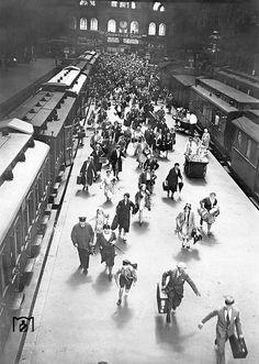 1929 Berlin - Hochbetrieb im Stettiner Bahnhof. Der rechte Zug ist der eingefahrene D16 Warnemünde-Berlin.