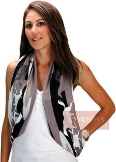 Echarpe feito em Polyester Cinza e Preto    Echarpe 100% poliéster, com desenho de diversos cavalos. Existe várias formas de usar o lenço, echarpe. Use sua imaginação para montar um look country chic.