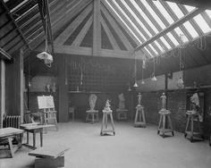B/W photograph of life modelling studio, the Glasgow School of Art, by Bedford Lemere Design Studio Office, Interior Design Studio, Glasgow School Of Art, Art School, Mackintosh Furniture, Charles Rennie Mackintosh, Wooden Buildings, Lighting Techniques, Old Images