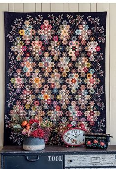Hexagons english paper piecing quilts ideas From 49 Awesome Hexagons English Paper Piecing Quilts Patterns Free Hexagon Quilt Pattern, Hexagon Patchwork, Quilt Patterns Free, Hexagon Quilting, Millefiori Quilts, Colorful Quilts, Paper Embroidery, Cecile, English Paper Piecing