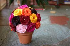 Aprenda agora mesmo como fazer um lindo arranjo com rosas de feltro. E o melhor, tudo explicadinho passo a passo.