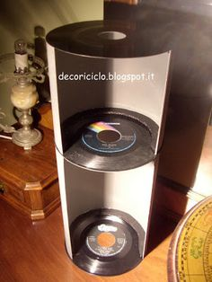 scaffalino fatto con 3 dischi in vinile a 45 giri e cartoncino ondulato grigio