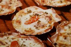 Receta de Vieiras gratinadas en http://www.recetasbuenas.com/vieiras-gratinadas/ Aprende a preparar una deliciosa receta de vieiras gratinadas de forma rápida y sencilla. Un plato sabroso y muy fácil de preparar con un resultado genial.  #recetas #Mariscos #vieiras