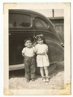 CUTE LITTLE BOY & GIRL NEXT TO OLD CAR OLD/VINTAGE PHOTO-SNAPSHOT s1961