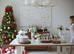 A mesa com serviço à americana e a editora de arte Marcia Evangelista. arranjos Villa das flores #christmas #natal #navidad (Foto: Rogério Voltan/ Editora Globo)