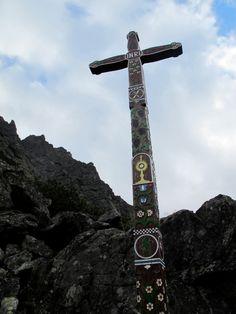Der symbolische Friedhof für alle im Berg Verunglückten mit seinen bunten Kreuzen. Foto: Doris Berg, Tower, Travel, Pictures, Hiking, Rook, Viajes, Computer Case, Destinations