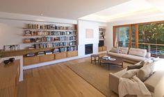 aménager le salon avec cheminée intégrée, bibliothèque et canapé en cuir