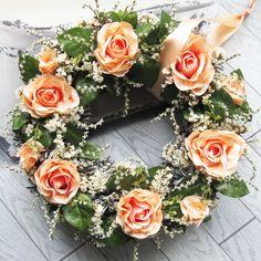 V meruňkové Věneček z látkových a sušených květin, průměr 31 cm.