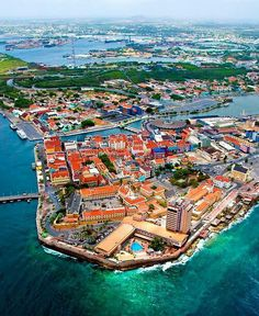 Willemstad, Curacao: I like this view. When you cross the bridge on the left you've entered beautiful Willemstad~