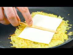 Spiegelei am Stiel? 3 außergewöhnliche Ideen für ein unvergessliches Frühstück - YouTube Sprout Recipes, Egg Recipes, Egg Hacks, Bon Ap, Skewers, Fried Eggs, Carne, Goodies, Brunch
