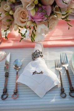 Guardanapo bordado para a noiva. Ideia simples e com efeito lindo!E olha só o cabo dos talheres...