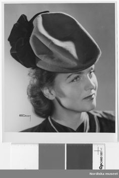 Modell i hatt. Mjukt formad kulle, rosett bak. Foto: Erik Holmén, 1943.