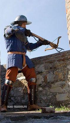 Tharniaanse kruisboogschutter. Hoewel kruisbogen geen gangbare wapens zijn in Tharnos, kom je ze wel eens tegen.