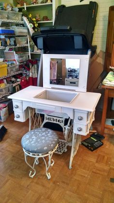 Singer sewing machine table repurposed into a makeup table. Old Sewing Machine Table, Treadle Sewing Machines, Antique Sewing Machines, Old Sewing Tables, Vintage Sewing Table, Refurbished Furniture, Repurposed Furniture, Furniture Makeover, Diy Furniture