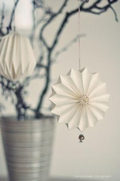 DIY paper star decoration and ornament idea -- love this simple and elegant holiday ornament DIY!