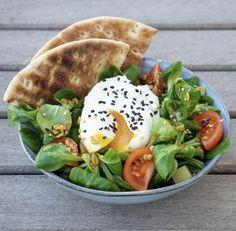 Recette saine et rapide de salade de mâche avec un oeuf poché accompagné de granola salé, oignons blanc et morceaux de compté