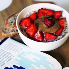 Lait d'amandes, muesli, fraises & beurre de cacahuètes www.pasdesaladeentrenous.com