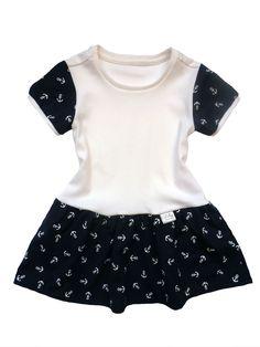 Dětské šaty kotvy. Šaty jsou ušity z kvalitní, oboulícní, pružné bavlny, což je ideální materiál pro letní dny. Bavlna je měkká, savá a příjemná na dotek. Šatičky zdobí nabíraná a vzdušná sukýnka.