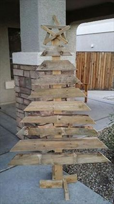 10 DIY Pallet Trees & Reclaimed Pallets Wood Pallets is Your Free Source of Pallet Furniture Pallet Tree, Pallet Christmas Tree, Christmas Wood, Christmas Projects, Pallet Couch, Christmas Trees, Pallet Patio, Pallet Barn, Christmas Decorations