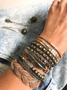 Mix de pulseiras arm ✌️✨ Adquira aqui: Www.catiocadasgemasacessorios.iluria.com ----------------------- Pulseiras,bracelete,amopulseiras, verde
