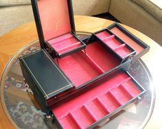 Vintage mele jewelry box Jewellery Boxes, Jewelery, Bead Organization, Pink Crafts, Altered Tins, Old Boxes, Bead Crafts, Hot Pink