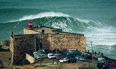 ondas da Praia do Norte (ao fundo o Farol)  - - Nazaré